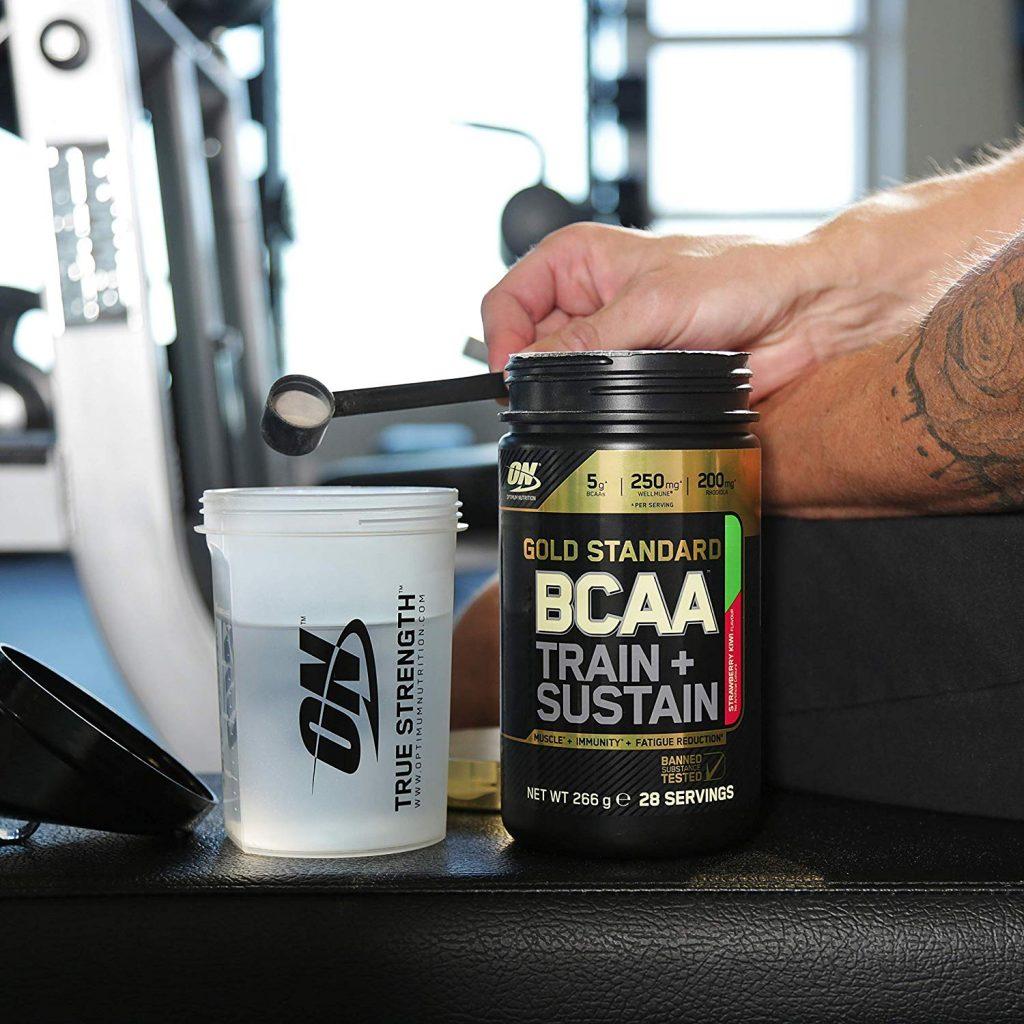 Athlète utilisant Gold Standard BCAA Train & Sustain d'Optimum Nutrition