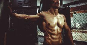 Athlète musclé debout en salle de gym