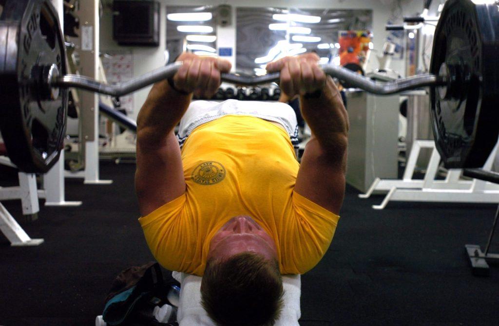 Entraînement d'un bodybuilder très musclé