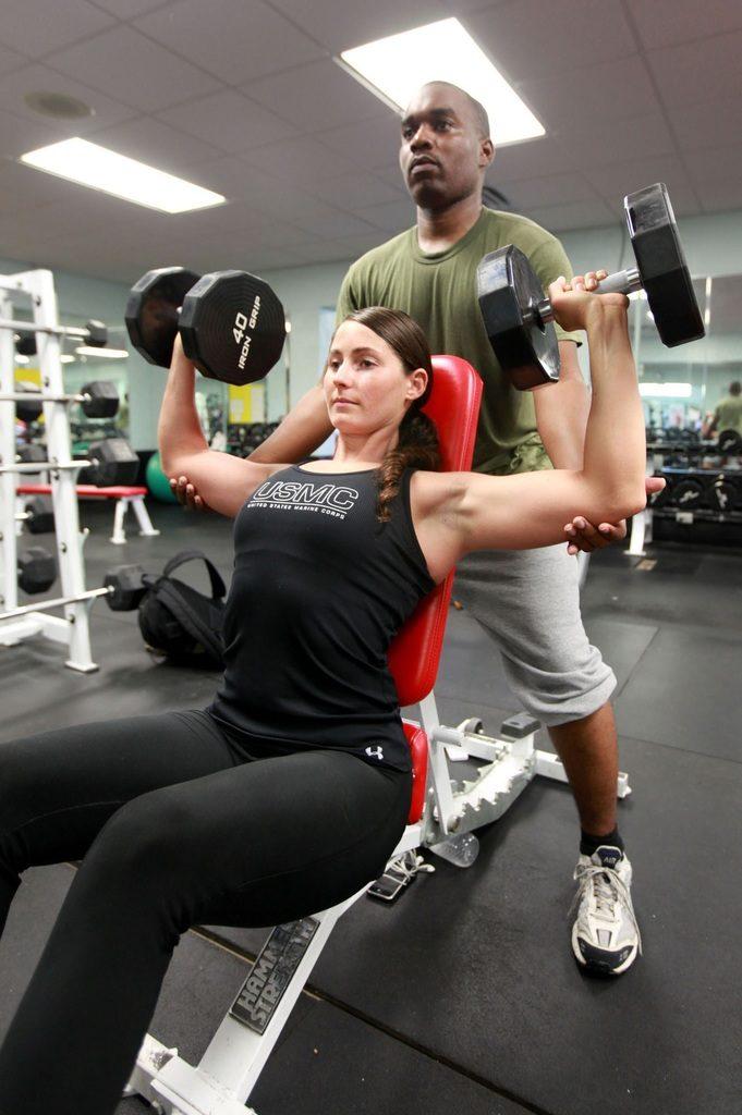 Femme musclée au gymnase