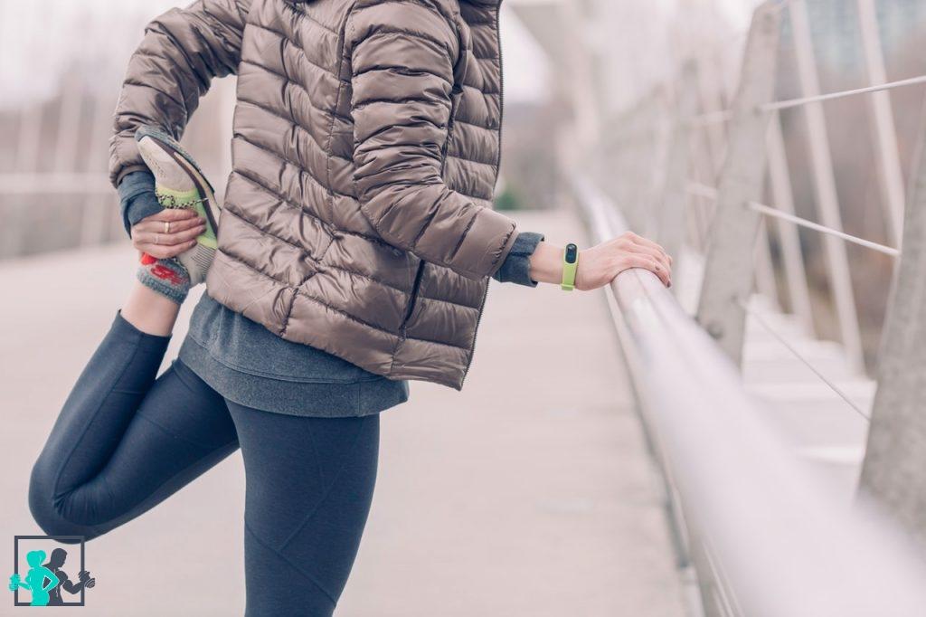 Les 8 meilleurs exercices de musculation pour les fessiers Le corps humain dispose en réalité de 3 muscles fessiers encore appelés muscles glutéaux le petit fessier, le moyen fessier et le grand fessier. Il faut travailler ces 3 zones pour avoir des fesses bien rondes, fermes et équilibrées. Mais comment trouver un programme adéquat et efficace si vous n'avez pas de coach sportif Découvrez dans les lignes qui suivent les meilleurs exercices de musculation pour les fessiers. Les mouvements sont faciles à effectuer et ne nécessitent généralement pas la présence d'un assistant professionnel. Vous aurez toutefois besoin de quelques matériels notamment un tapis de gym, un ballon, des haltères et éventuellement d'une machine. L'échauffement Il est important de vous échauffer avant de commencer votre entraînement pour préparer votre corps aux efforts physiques que vous allez effectuer. Vous prévenez ainsi les différentes blessures et les courbatures. Voici les mouvements à privilégier. Étape 1 Commencez par étirer et contracter vos quadriceps. Pour ce faire, relevez votre jambe droite en arrière en pliant les genoux et tenez-la par votre main droite. Restez dans cette position durant 4 secondes puis tirez légèrement en arrière durant 6 secondes. Relâchez doucement et effectuez le même mouvement avec la jambe gauche. Étape 2 Relevez de manière alternée les jambes gauche et droite comme si vous marchiez sur place. Veillez à ce que vos genoux atteignent le niveau de votre poitrine. Commencez lentement puis accélérez progressivement. Il est conseillé de répéter le mouvement une dizaine de fois. Étape 3 Écartez légèrement les jambes en orientant vos orteils vers l'extérieur. Ensuite, accroupissez-vous de manière à ce que l'angle formé par vos genoux soit de 90 ° environ. Déposez vos coudes sur vos genoux et joignez les mains au milieu, au niveau de votre poitrine. Restez dans cette position durant une dizaine de secondes. Répétez le mouvement 2 ou 3 fois. Étape 4 Tenez-vous deb