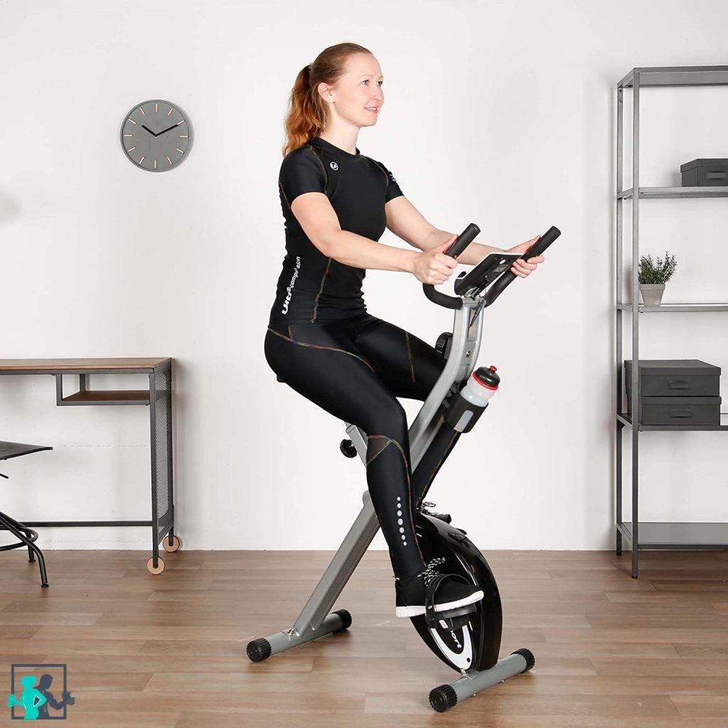 femme qui s'entraine sur un vélo d'appartement