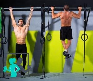 2 hommes qui font des exercices de traction